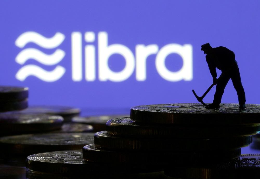 [11日 ロイター] - 米クレジットカード大手のマスターカード<MA.N>やビザ<V.N>が11日、フェイスブック<FB.O>が導入を計画している暗号通貨(仮想通貨)「リブラ」の運営団体「リブラ協会」を脱退すると発表した。  電子商取引のイーベイ<EBAY.O>、オンライン決済のストライプ、中南米の決済会社メルカド・パゴも脱退を発表した。  今月4日には米決済サービス大手ペイパル<PYPL.O>が脱退を明らかにしていた。[nL3N26R0GU]  これを受け、リブラ協会はメンバーから大手決済会社がいなくなった格好だ。残るメンバーはリフトやボーダフォンといったテクノロジー企業や通信会社のほか、ベンチャーキャピタルや非営利団体などが中心となっている。  ビザは「現時点でリブラ協会への加盟を見送ることを決めた」とした上で、「今後検討を続ける方針で、最終的な決定は、リブラ協会が規制面の要件をすべて満たすことができるかどうかなどに左右される」と表明した。  イーベイは声明で「リブラ協会の展望を非常に尊重しているが、イーベイは創設メンバーとして前進しないとの判断を下した」とした。  フェイスブックのリブラ責任者デビッド・マーカス氏はツイッターで、「短期的には良くないニュース」と認めた一方、今回の動きでリブラの将来を判断すべきではないとくぎを刺した。  リブラ協会のポリシー・コミュニケーション担当責任者のダンテ・ディスパルテ氏は、協会の憲章の正式承認は14日に予定通り行われるとした。