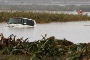 台風19号により、水没した車。長野県で