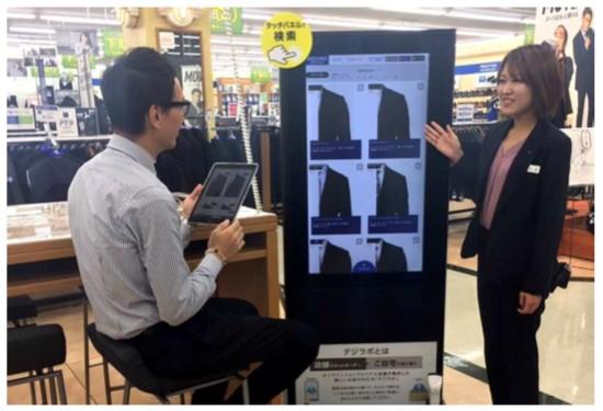 青山商事、「デジタル・ラボ」を郊外店にも導入、店舗でEC在庫を検索・注文
