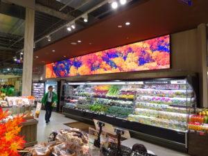 壁面3カ所に設置したディスプレイでは、旬や季節感を演出する映像を流す