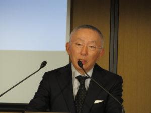 サプライチェーン改革について説明する柳井正社長