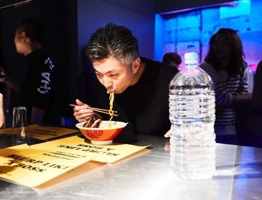 店内の雰囲気。著名人も多く訪れており、筆者が訪問した時は「アジアベストレストラン50」でTOP10入りしている台湾・台北のレストラン「MUME」のシェフ・リッチー氏(写真中央男性)が来店していた
