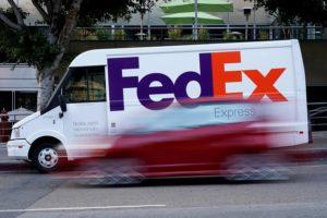 ロサンゼルス市内を走るフェデックスの配送車