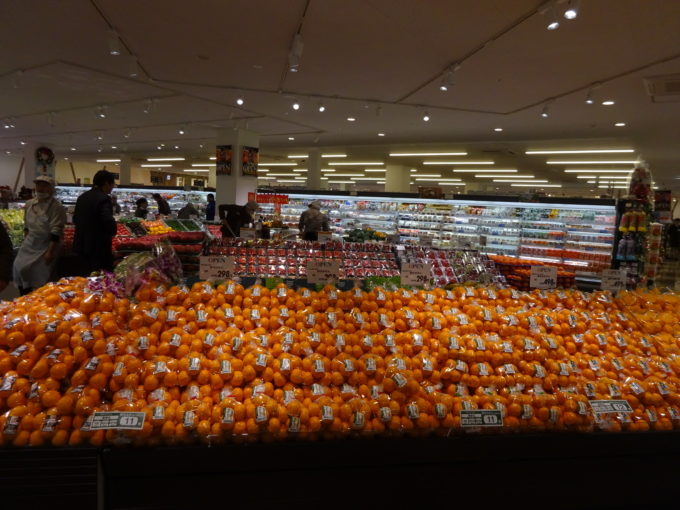 青果売場にはミカンやイチゴを陳列する