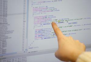 ソウルでコンピューターウイルスを検証する研究者