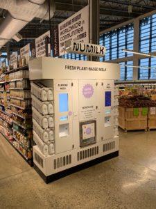 ホールフーズマーケットの一部店舗では、その場でアーモンドミルクを作るNuMilkという専用マシーンが設置されている