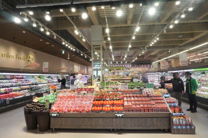 上星川店のメーン出入口から見た空間。天井が高く売場が広く感じる