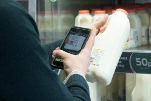 英M&S、スマホでのセルフ決済を50店舗に拡大、客がバーコードを読み取り