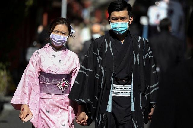 マスク姿で浅草寺を観光する観光客