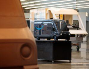 アマゾン、開発中のEV配送車のモデルを公開、22年までに1万台導入