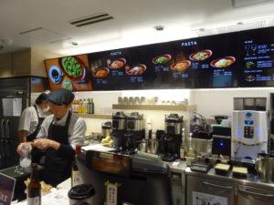 お客はレジカウンターで注文・支払いを済ませる仕組み。90秒以内に商品が提供される