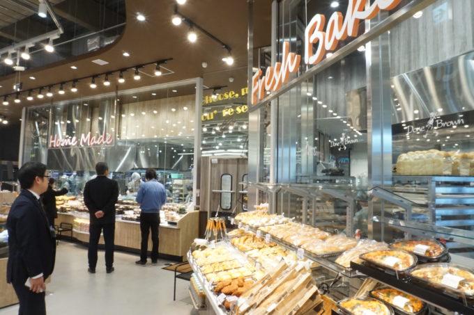 上星川店の総菜売場。使用するスポット照明の数を倍に増やしている