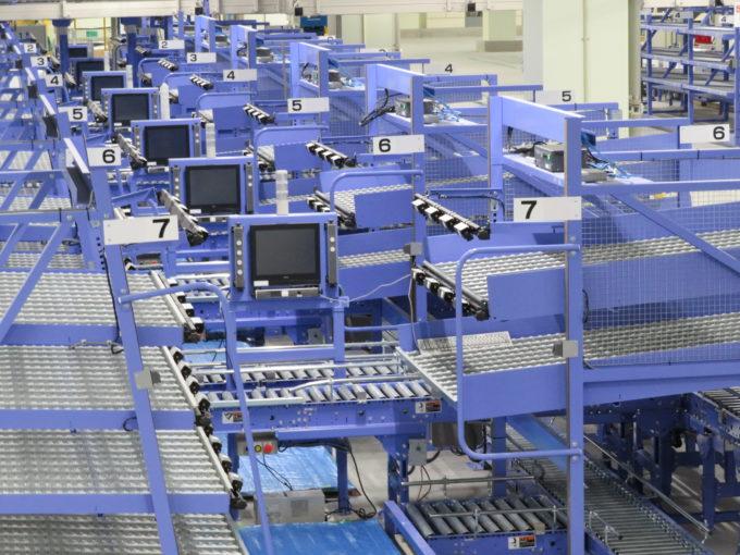 熊谷センター1階に配置されているBTP。作業者は運ばれてきた該当の箱に、商品を投入していく