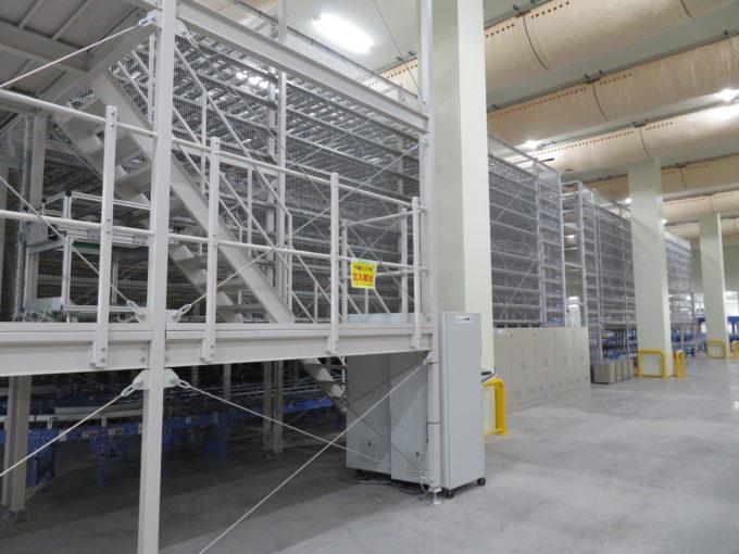 トーヨーカネツの「順建てマルチシャトル」。ドイツのシーメンスデマティック社のマルチシャトルを採用している。ピッキングを終えた集品箱を発送順に並べ替える