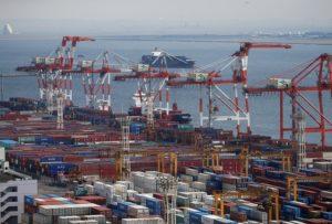 東京の港湾に並ぶコンテナ