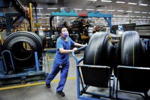 中国の工場内で働く人