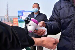 河北省にある工場の入り口で体温検査をする様子