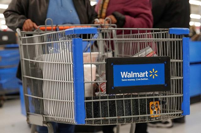 ウォルマートで買い物をする人