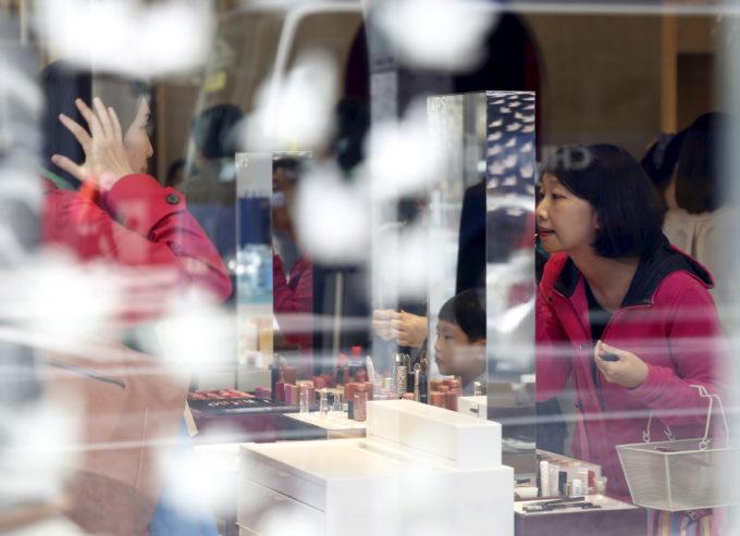 都内銀座の化粧品店での買い物客