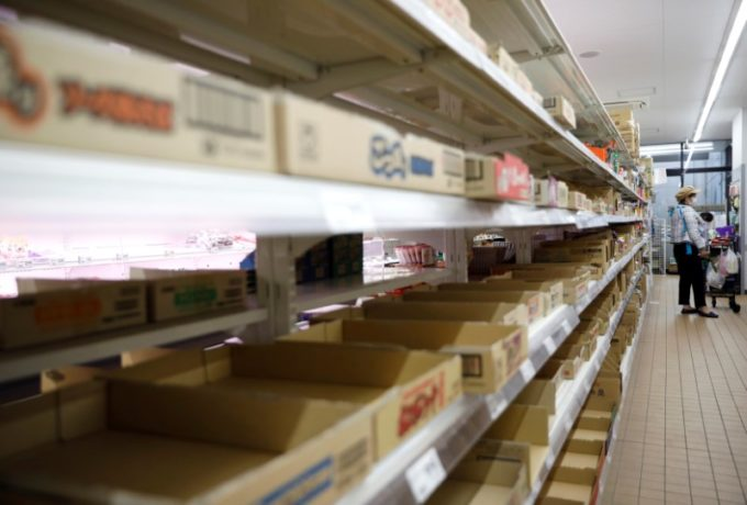 棚から商品がなくなった都内のスーパー