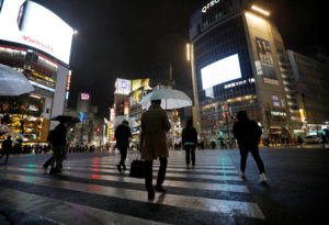 都内の夜の街を歩く人
