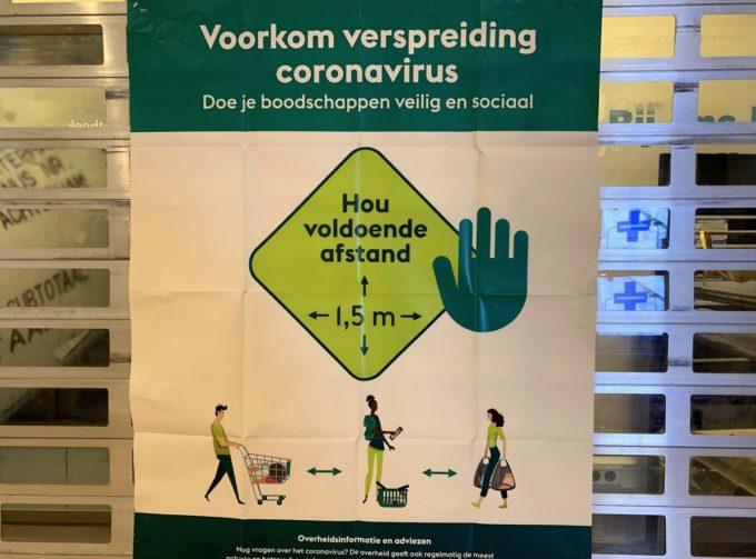 オランダの小売店に貼られたコロナウイルス対策ポスター(人との距離を1.5メートル取って欲しい と呼びかけている)