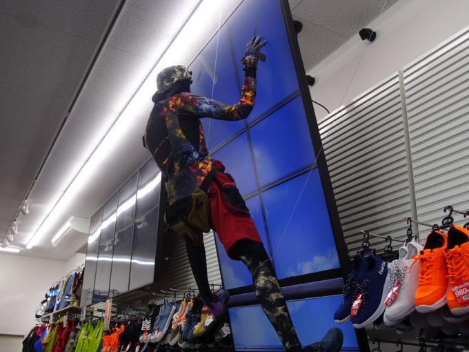 店内のマネキンが乗っている画面は、プロ向けには高所作業の映像を映し出す