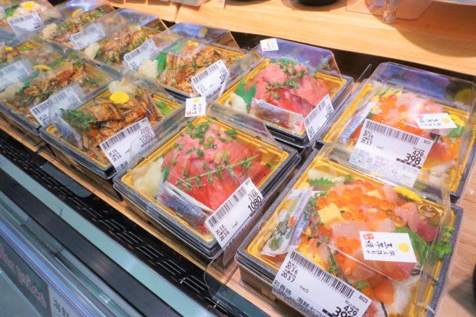 「活〆煮穴子炙り丼」「本まぐろたっぷり海鮮丼」(各1080円)のほか、開店日限定50パックで「海鮮七つの宝石丼」(398円)を販売していた