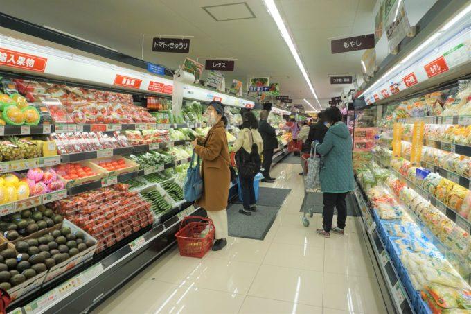 吉祥寺店の入口から撮影した売場風景。売場面積が限られるため第2コーナーまでに、青果、鮮魚、精肉の3つの売場をすべて導入している