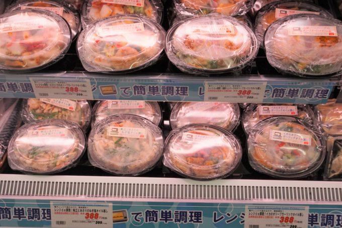 鮮魚や精肉部門では、冷凍の簡便商品を充実させている。写真は鮮魚部門の「海鮮おかず」シリーズ。皿状の容器を採用してレンジアップ後食卓にそのまま並 べられるように形態にこだわった商品だ