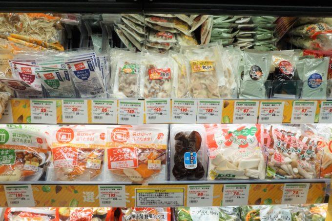「選べるミールキット」コーナー。カット野菜、調味液、専用の冷凍肉を揃えて、そ れらを組み合わせて購入することで、肉じゃがや酢豚などさまざまなメニューをつくれるようにしている