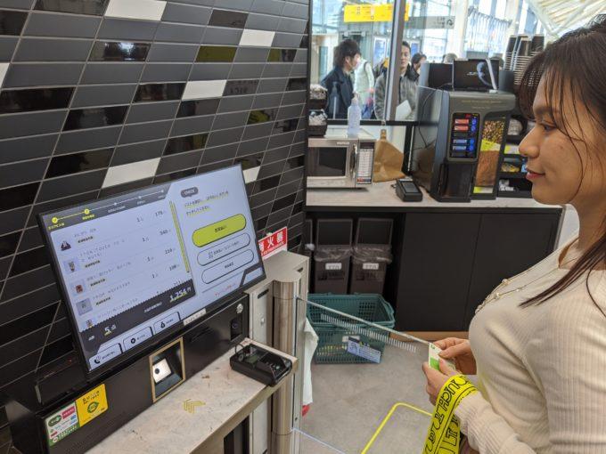 決済ゾーンに立つと自動で手に取った商品の合計金額が表示される。あとはICカードをタッチするだけ