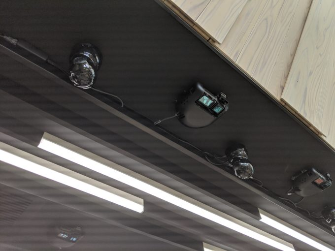 利用客や商品の動きは天井部のセンサーカメラと商品棚の重量センサーなどで認識