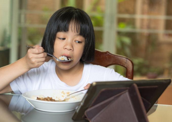 一人で食事をする少女