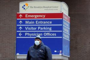 米ニューヨークの病院前に立つ人