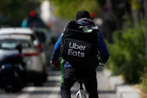 フランスで、自転車に乗るウーバーイーツの配達員