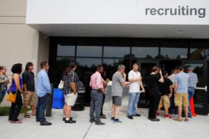 アメリカの職業紹介施設前に並ぶ人
