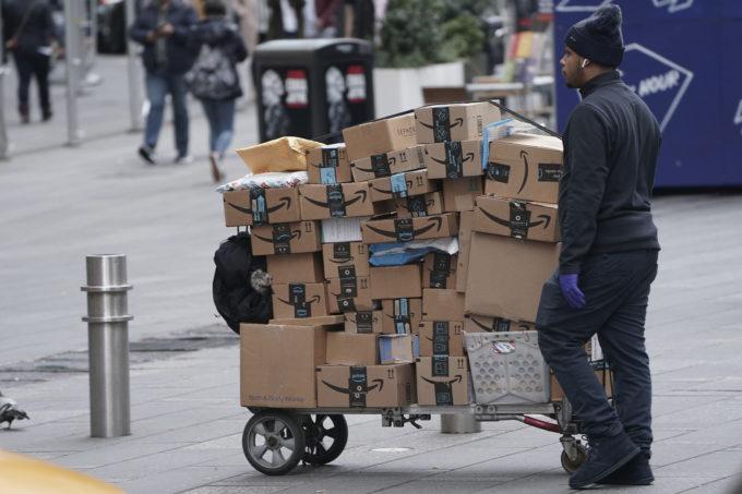米ニューヨークで、アマゾンの荷物を運ぶ業者