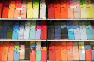 キエフの店頭に並んだiPhoneのケース