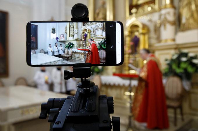 ポーランドのカトリック教会でオンライン中継された聖金曜日の式典
