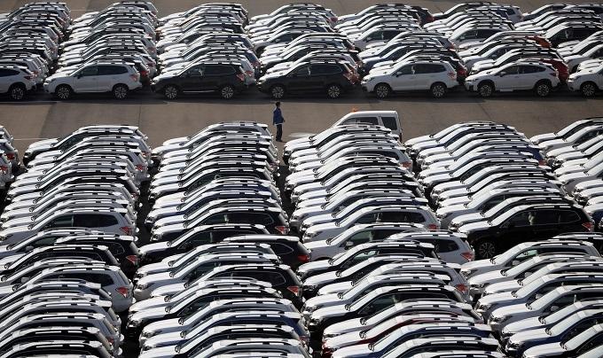 横浜港で車を輸出する様子