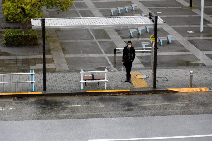 都内でバスを待つ人