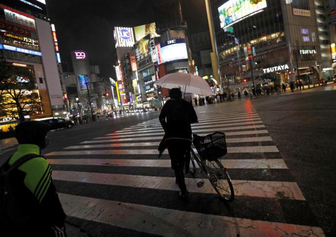 夜の都内を歩く人