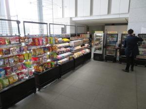 オフィスマ茨城県庁店の様子。飲料や菓子など約500品目を揃える