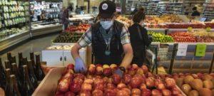 米ホールフーズ・マーケットで商品を陳列する従業員