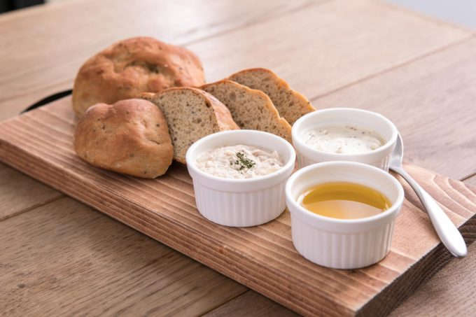 在宅勤務をきっかけに、ランチ用にベースフードの購入を始めた人も多い。写真の「ベースブレッド」は糖質を35%カットした完全栄養食のパン