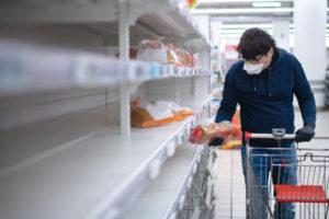 欧州 スーパーマーケットで買い物をする様子