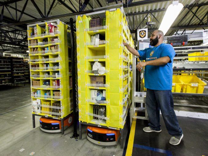 アマゾンはキャパシテ ィを超える注文をさばき きれず、年に一度の「プ ライムデー」も順延とな った