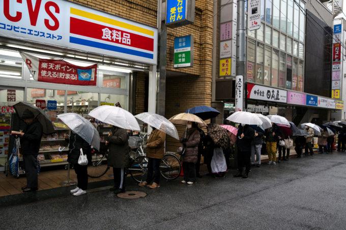 都内のドラッグストアで行列する人々