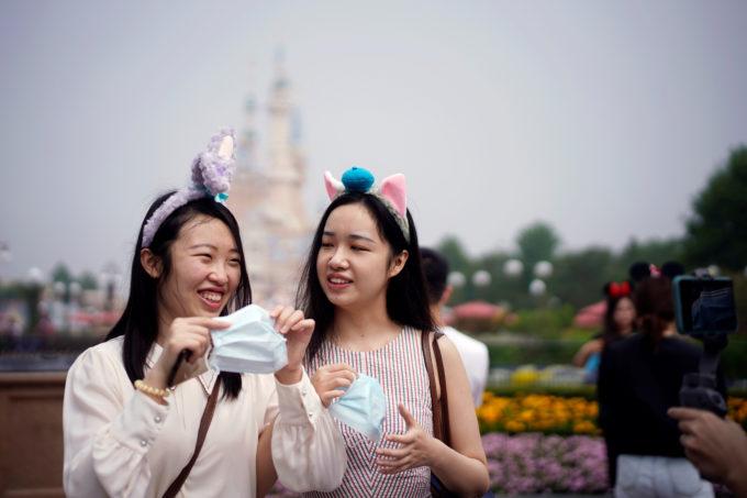 上海ディズニーを楽しむ人